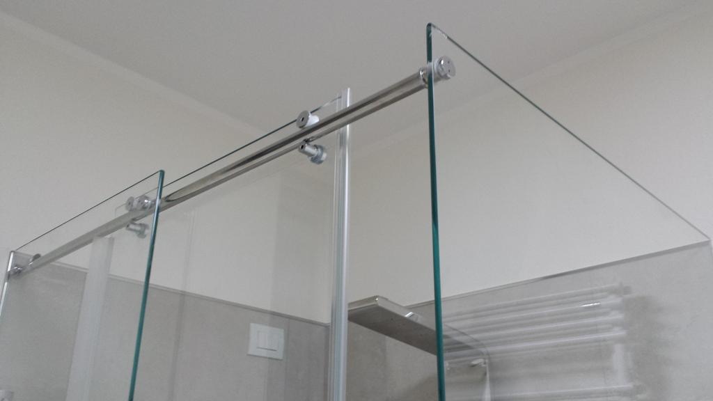 box doccia in vetro: particolare tra apertura e fisso (ingrandisci)