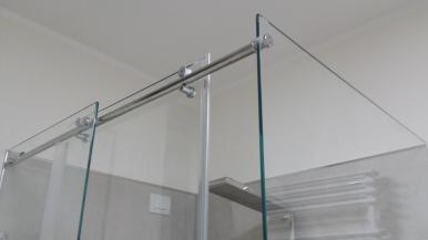 box doccia in vetro: particolare tra apertura e fisso