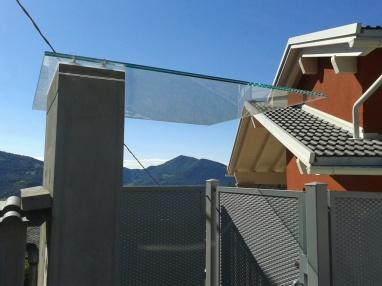 pensilina in vetro laminato per ingresso proprietà