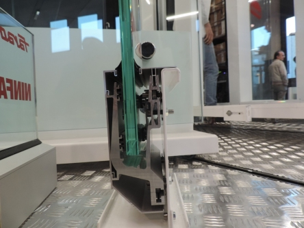 fissaggio laterale del parapetto in vetro