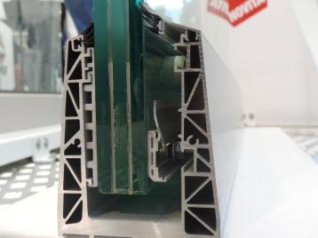 parapetto a pavimento con il sistema di fissaggio in alluminio