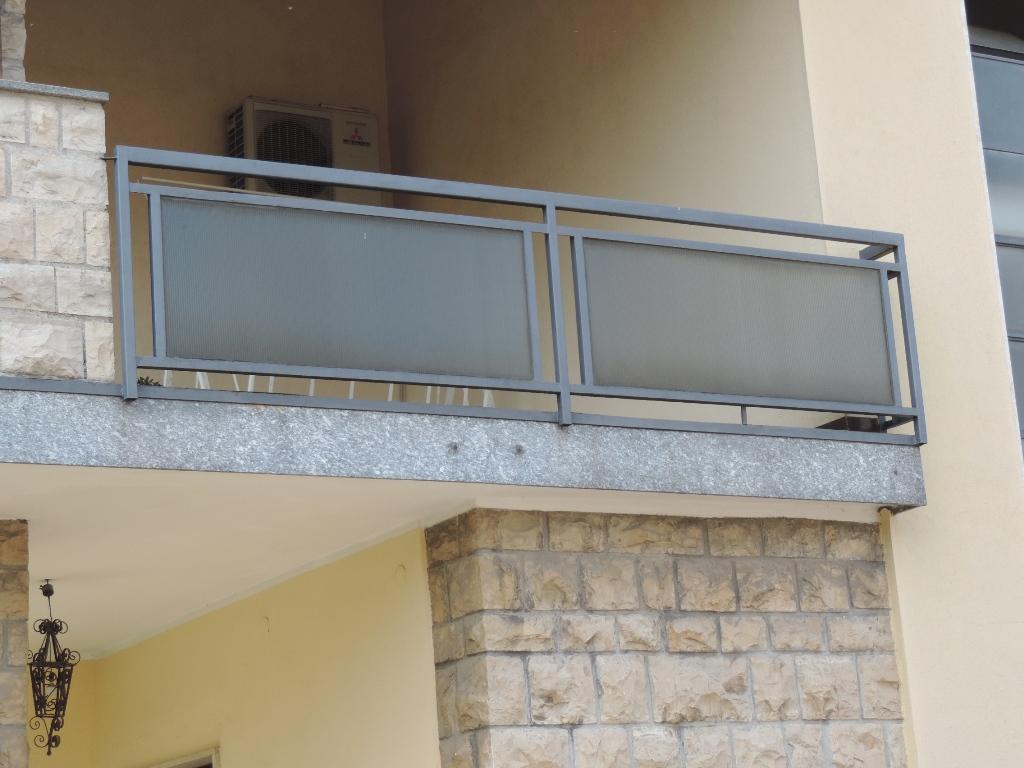 Parapetto in vetro per esterni idee di design per la casa - Corrimano scale esterne ...