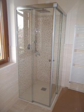 box doccia in vetro piccolo con due scorrevoli sull'angolo che ne amplificano l'accesso