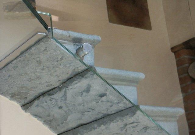 scala in vetro con gradini antichi