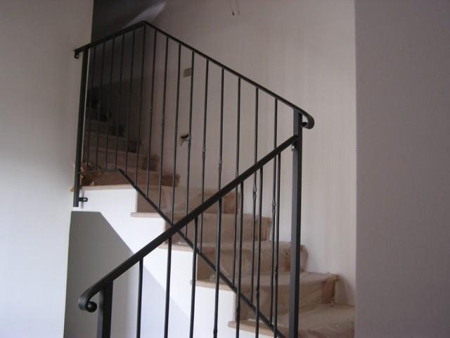 vecchia ringhiera in ferro per le scale