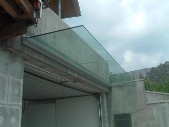 pensilina in vetro per garage