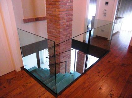 balaustra in vetro su casa vecchia