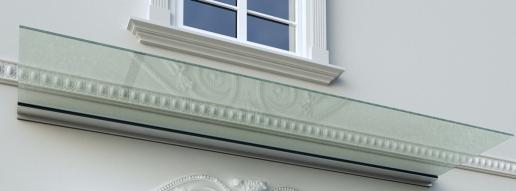 pensilina in vetro su casa antica