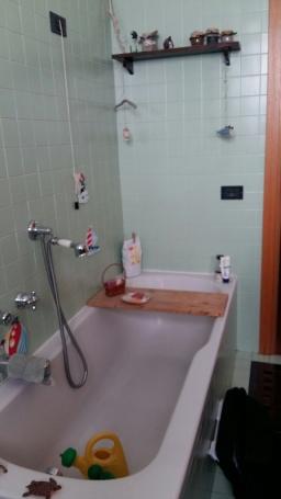 vecchia vasca da bagno da sostituire
