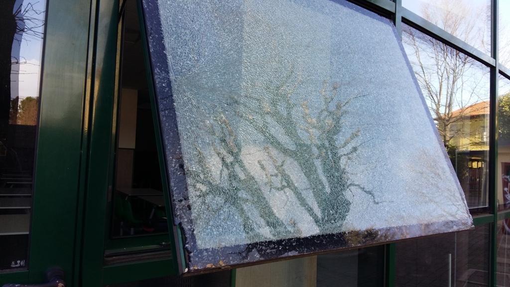 cambio del vetro temperato in una finestra tutto cetro