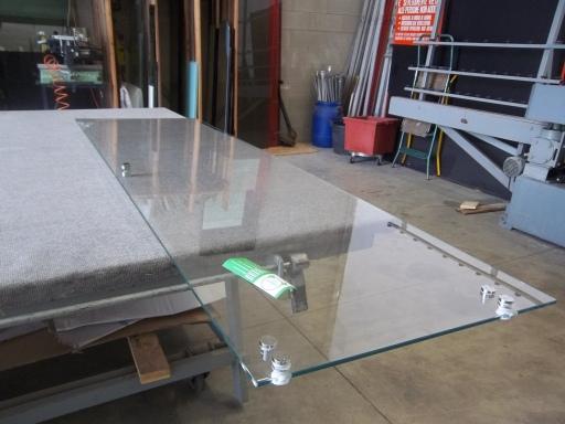 preparazione della porta scorrevole in vetro con la ferramenta