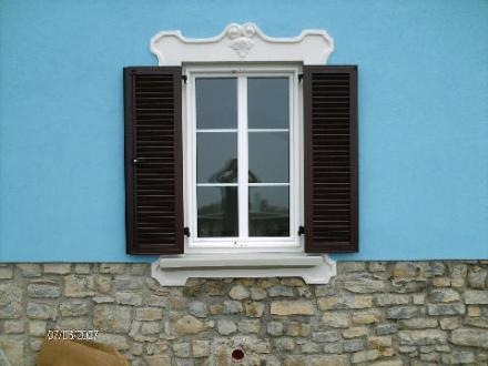 persiana in alluminio a telaio sulla finestra in PVC