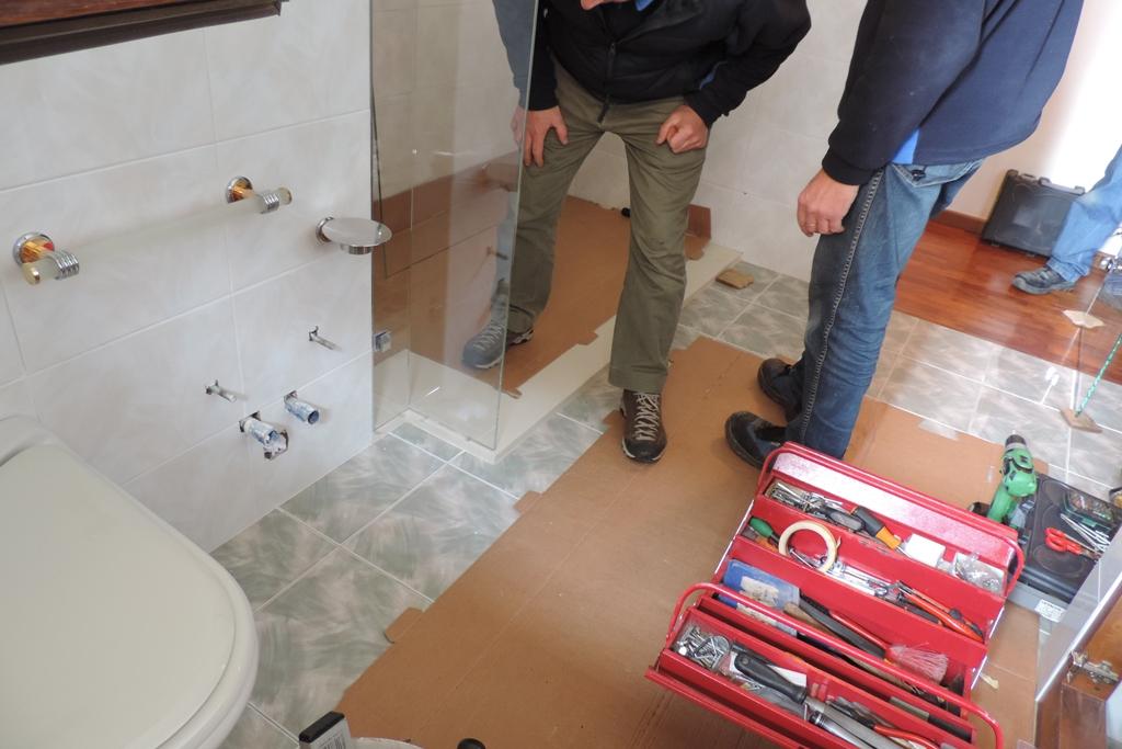 cambio della vasca con un box doccia in vetro con piatto doccia colorato e sagomato