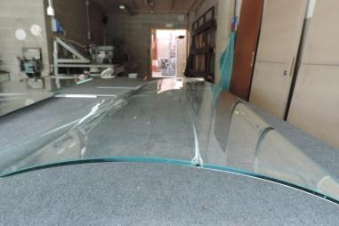 vetro rotto curvo in manutenzione