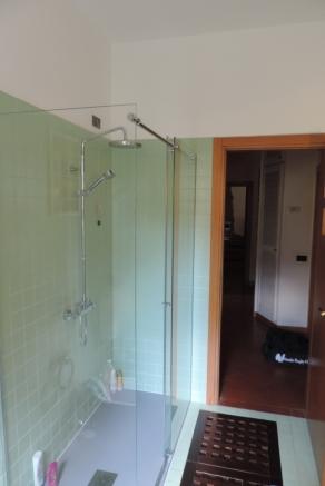 sostituita la vasca con un box doccia in vetro