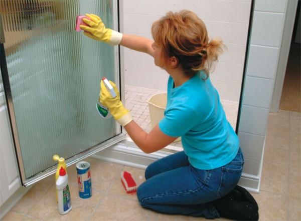 pulizia del vetro della doccia