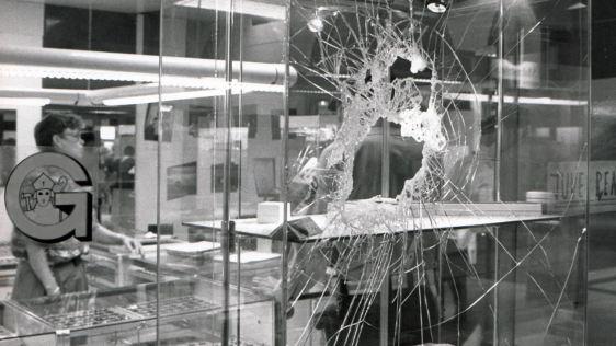 smontaggio vetrina rotta in vetro e cambio