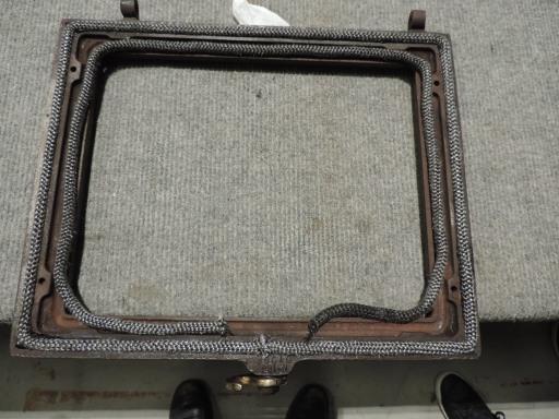 montaggio guarnizioni in amianto su sportello stufa