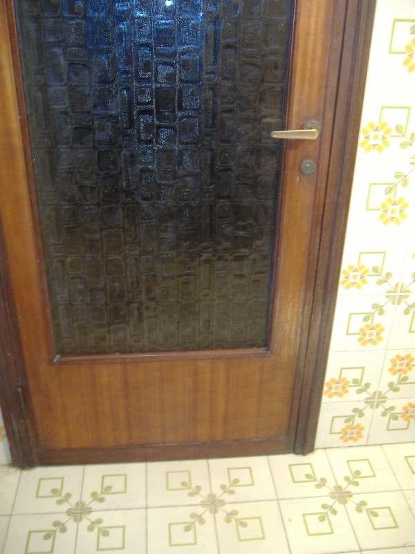 La porta in vetro sostituisce quella in legno vetraria - Rinnovare porte interne tamburate ...