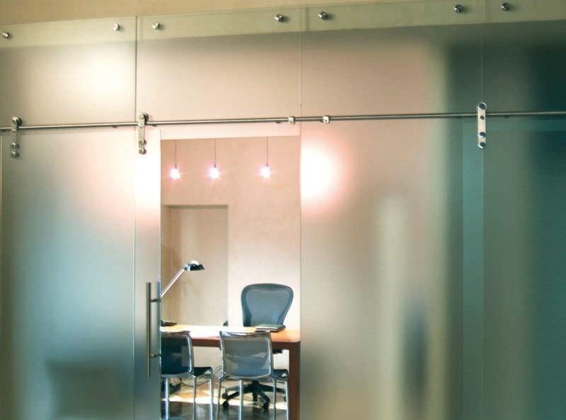 divisoria in vetro satinato con porta a scorrere