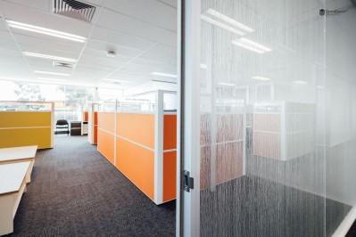 divisoria e porta in vetro satinato per ufficio