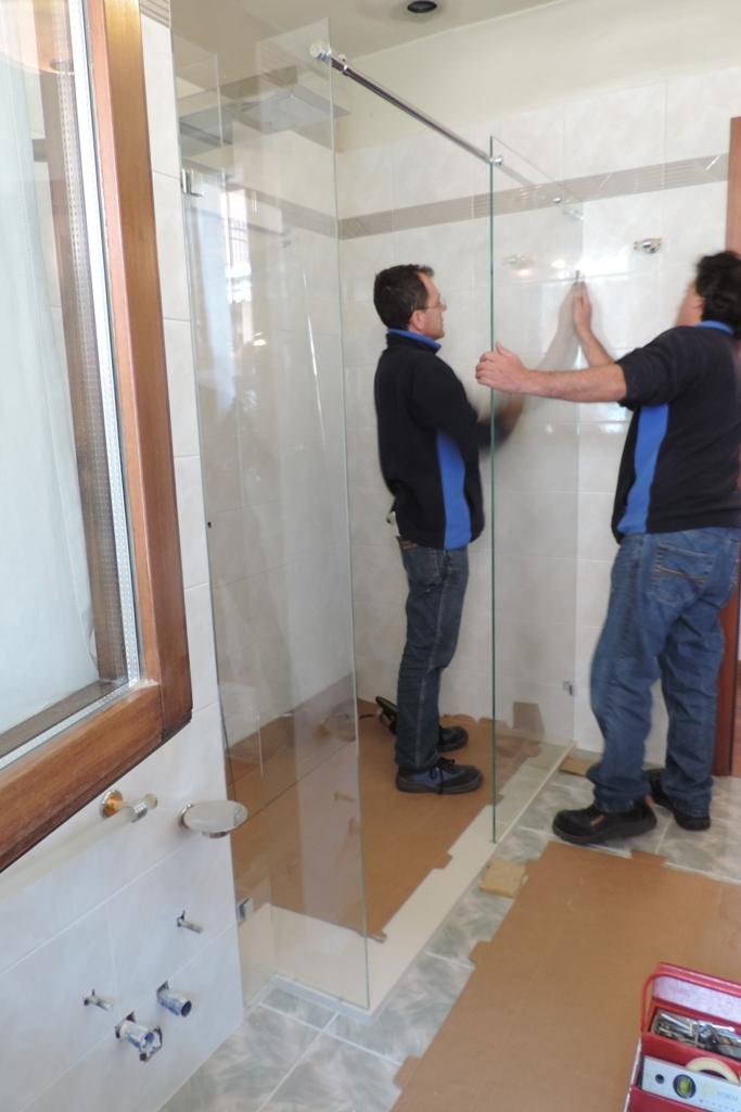box doccia in vetro durante la posa
