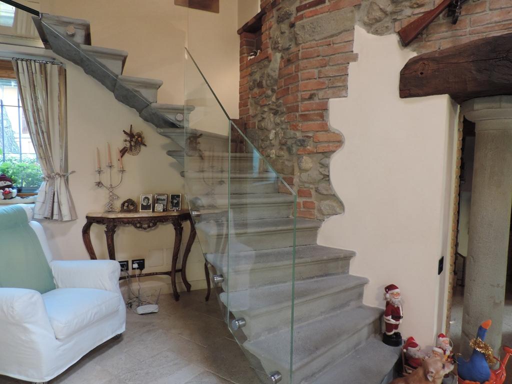 parapetto in vetro su scala murata a sbalzo