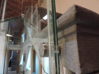 parapetto in vetro su scala in pietra