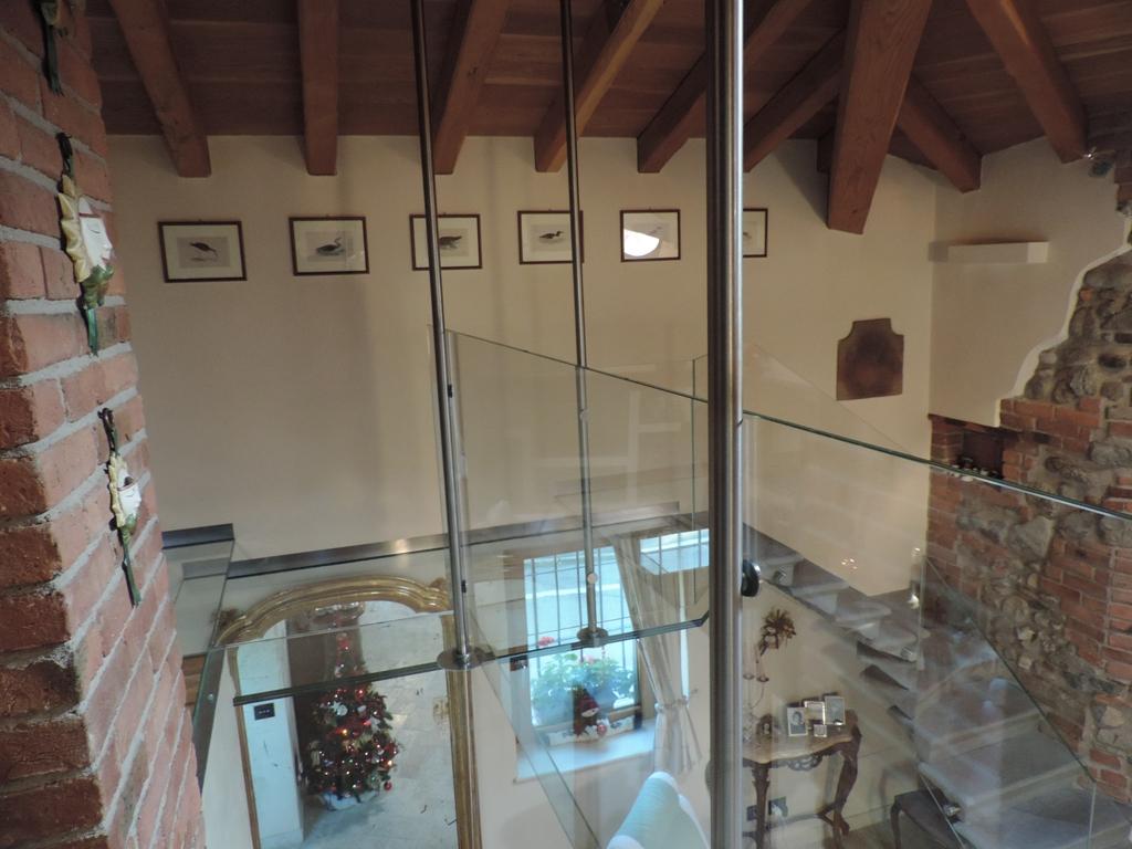 pavimento in vetro del balcone e balaustre in vetro
