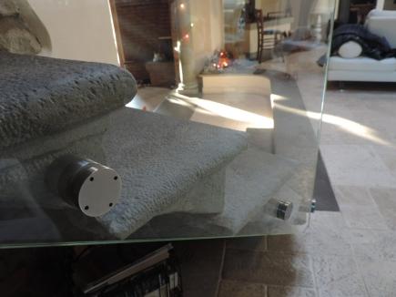 parapetto in vetro su scala di pietra