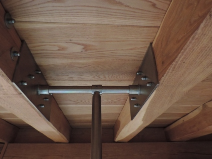 punto del tetto in rovere che sostiene il balcone in vetro