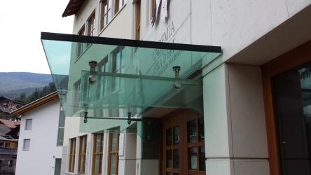 mensole che sostengono la pensilina in vetro