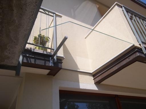 tettoia in vetro tra due balconi