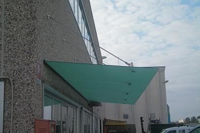 superficie in vetro per pensilina su capannone