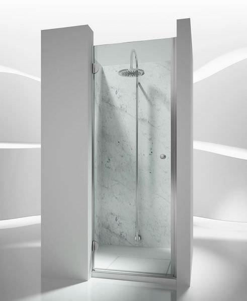 cabina doccia in vetro dentro nicchia con porta battente