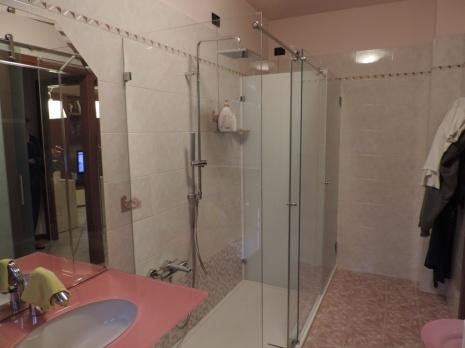 cabina doccia in vetro scorrevole e ripostiglio in vetro per lavatrice