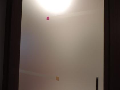 porta scorrevole con vetro decorato