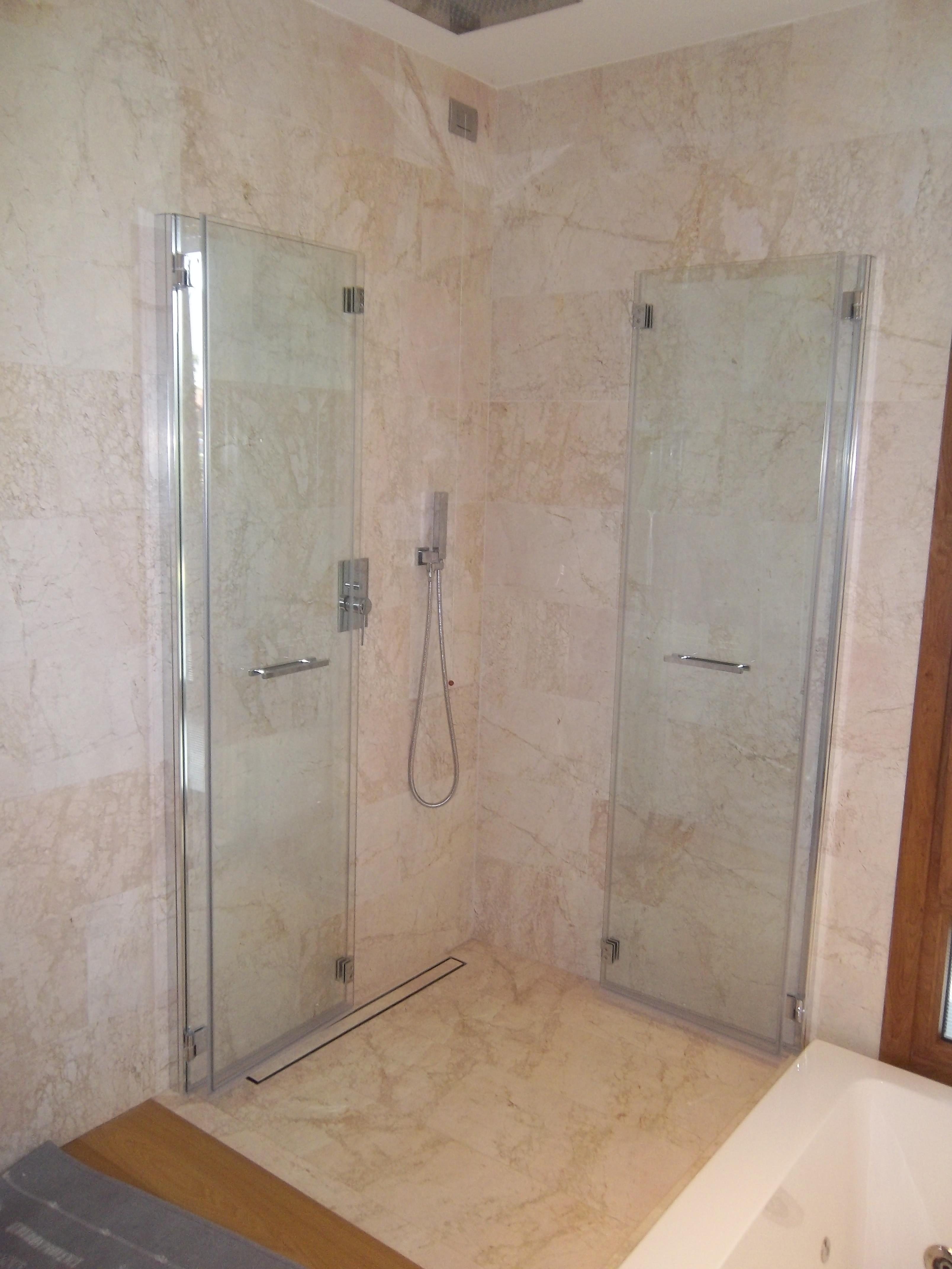 doppia apertura a soffietto del box doccia in vetro
