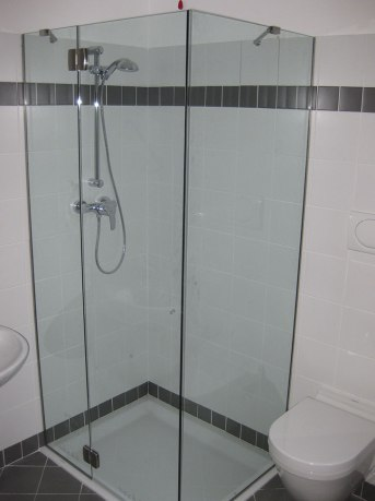cabina doccia in vetro con porta battente