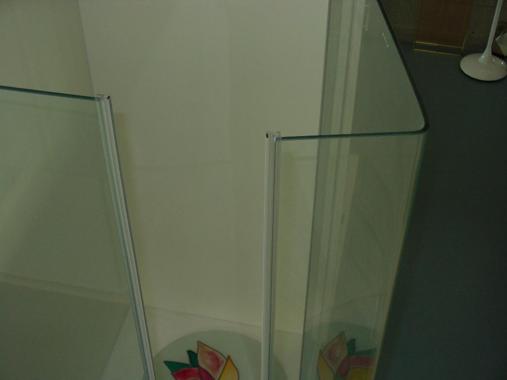 cabina doccia in vetro con battente ad angolo