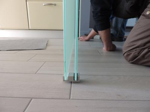 guide in basso per lo scorrimento delle due pareti divisorie in vetro mobili