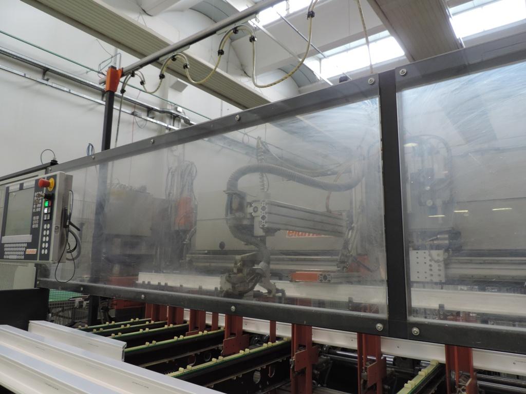 macchina automatizzata per l'avvitamento del profilo in ferro al profilo in pvc