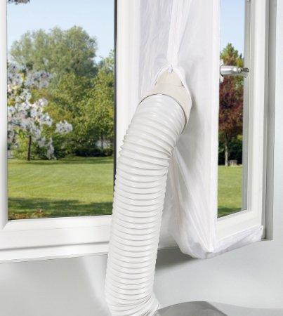 condizionatore installato con copertura telata dell'apertura della finestra