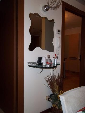 specchio molato e bisellato in anticamera con mensola