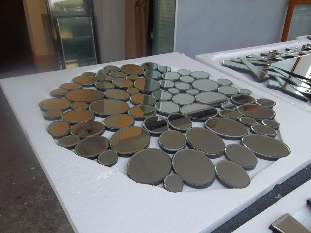 tanti specchi rotondi pronti per consegna