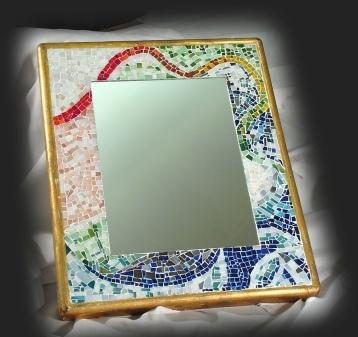 specchio dentro cornice con tessere di mosaico