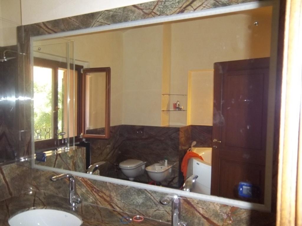specchio bagno inserito nel rivestimento