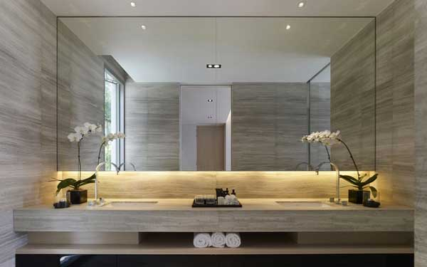 specchio inserito tra le piastrelle del bagno senza cornice