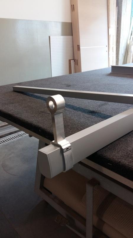 particolare del piantone in alluminio