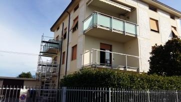 rifare le ringhiere di ferro dei balconi con vetro e alluminio